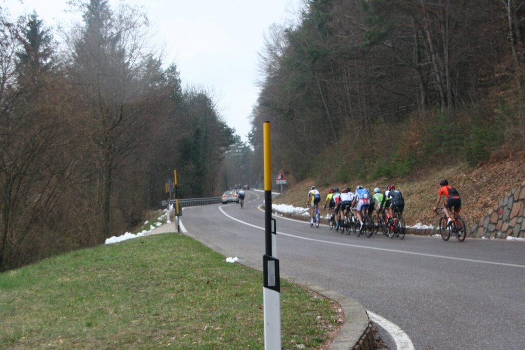 Erste Kehre nach Matschatsch: die Verfolgergruppe mit Spögler an der Spitze hat den Führenden Wolfgang Hofmann - Sieger der Sprintwertung DigiSprint - in Sichtweite, und holt diesen in Kürze ein.