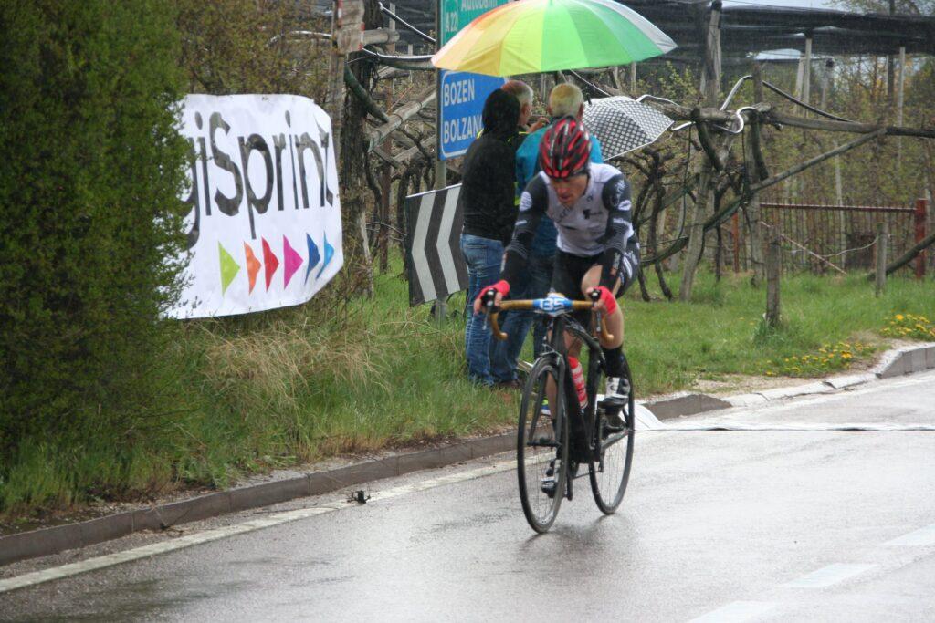 Roberto Saccoman überquert nach ca. 4,2km die Linie beim DigiSprint, und sichert sich den 2. Platz der Sprintwertung (Kalterer Höhe)